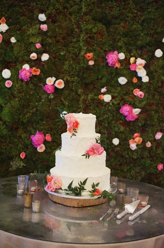 wedding cake with hedge floral backdrop