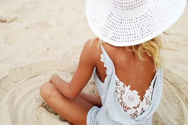 8 ITEMS TO PACK FOR YOUR BEACH HONEYMOON