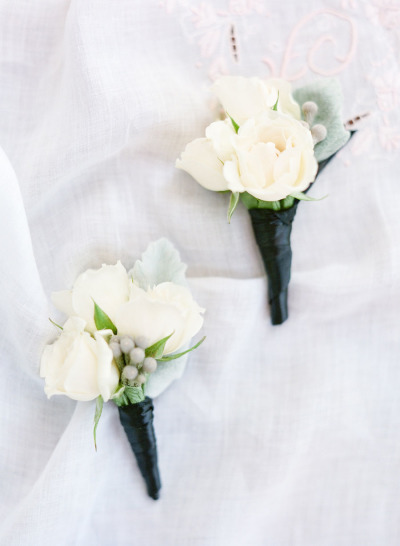 white boutonnieres for groomsmen