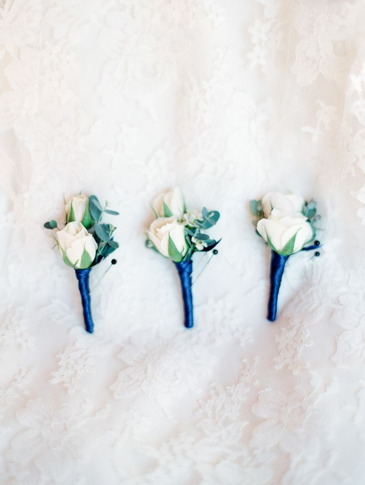 boutonnieres with royal blue ribbon