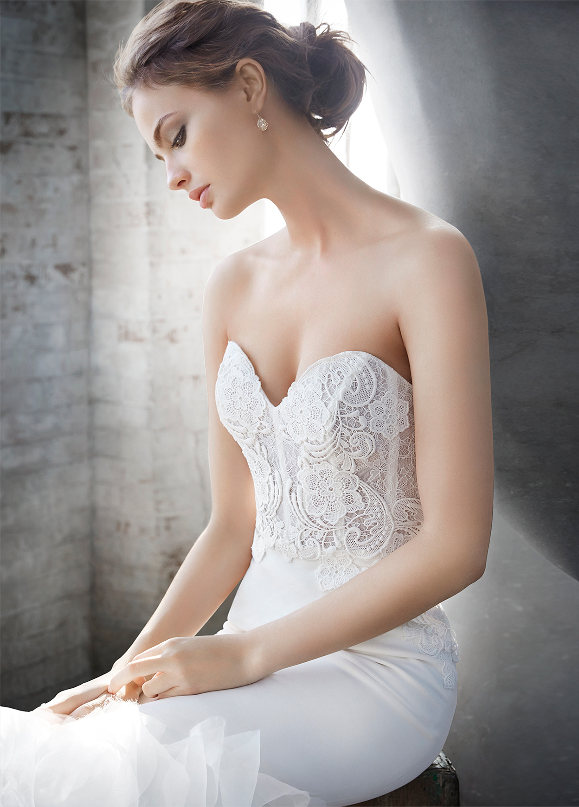 lazaro-bridal-crepe-trumpet-organza-textured-strapless-sweetheart-corseted-chantilly-lace-natural-chapel-3610_x4