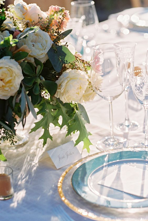 white-pink-blue-wedding-table