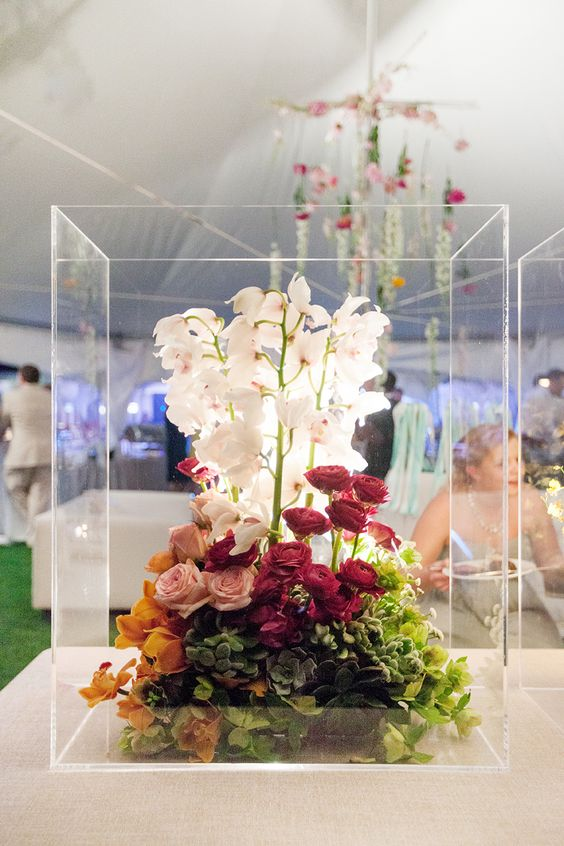 wedding-florals-in-clear-box-vase
