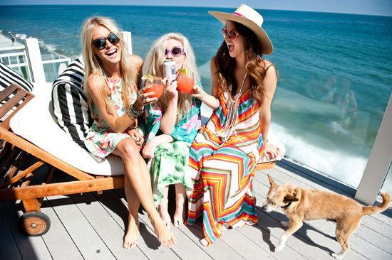bridesmaids-drinking-cocktails-at-beach-house