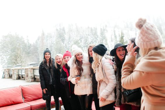 bridesmaids-laughing-in-the-snow