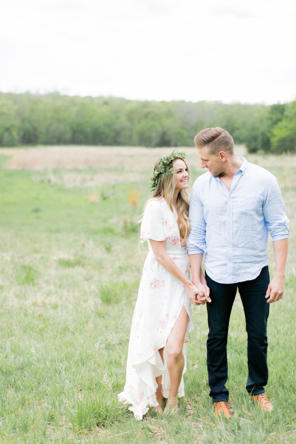 engagement-session-in-a-field http://itgirlweddings.com/nikki-ferrels-engagement-session/
