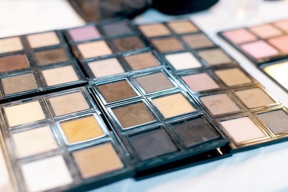 eye-shadow-shades-kit-bridal-makeup http://itgirlweddings.com/9-quick-tips-keep-flawless-wedding-day/