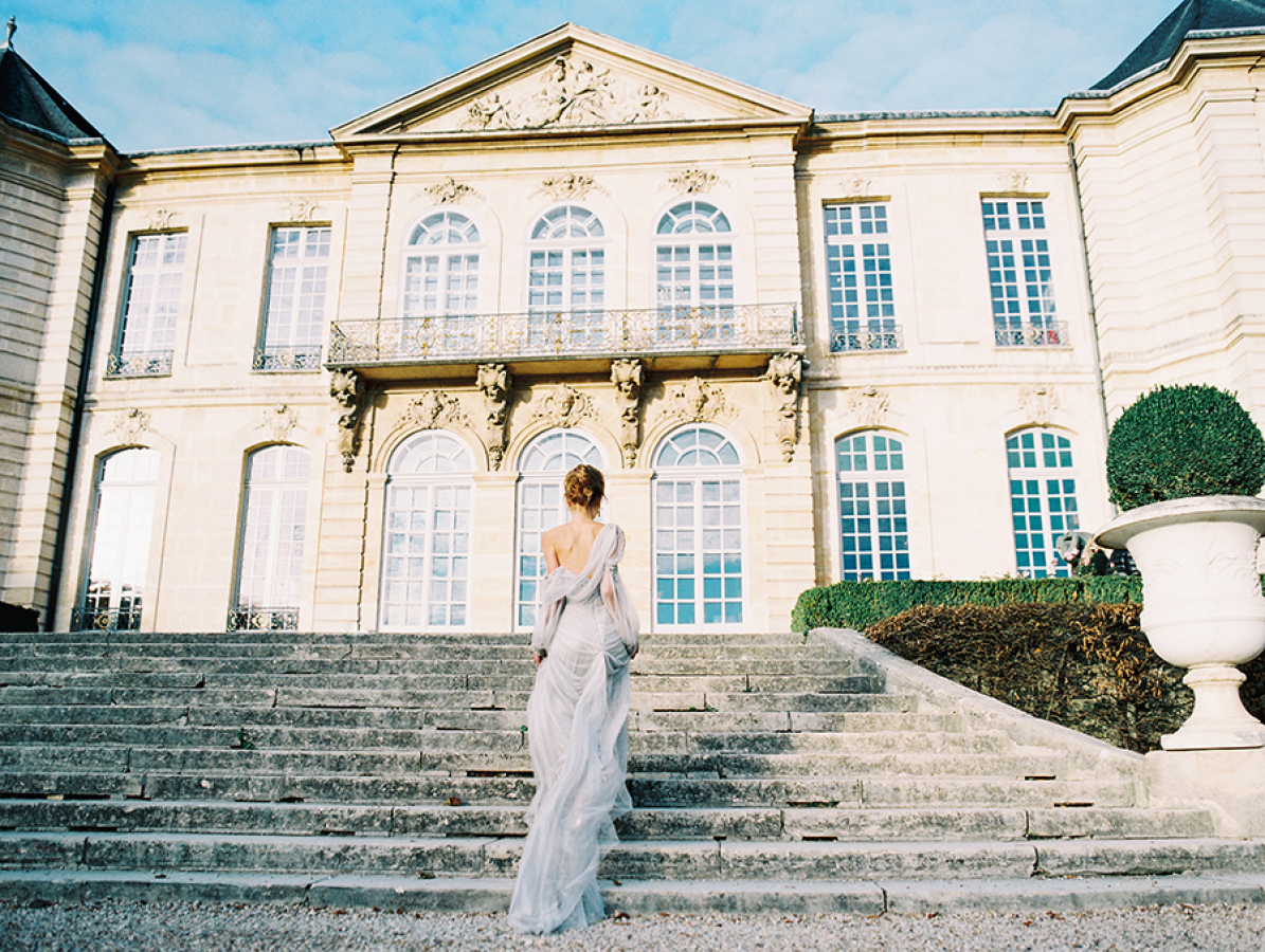 bride-walking-up-the-steps-of-Musee-Rodin http://itgirlweddings.com/parisian-wedding-inspiration/