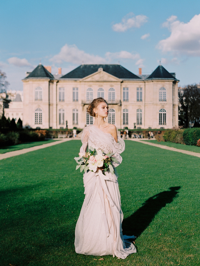 bride-in-front-of-paris-building http://itgirlweddings.com/parisian-wedding-inspiration/