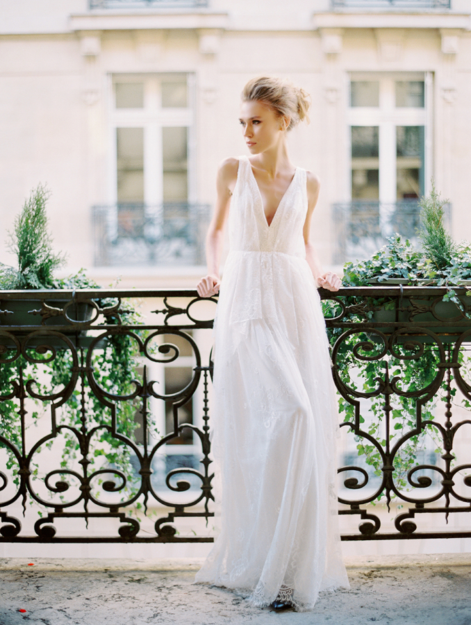styled-wedding-shoot-on-paris-balcony http://itgirlweddings.com/parisian-wedding-inspiration/