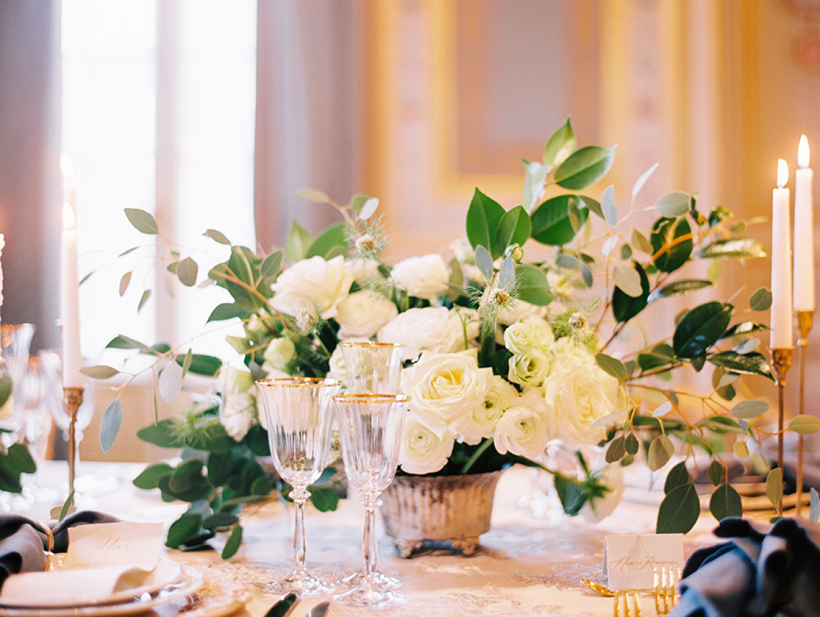 white-flowers-at-paris-wedding http://itgirlweddings.com/parisian-wedding-inspiration/