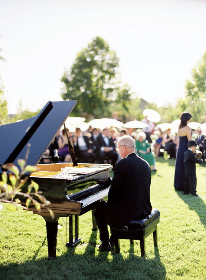pianist at a outdoor wedding http://itgirlweddings.com/modern-napa-valley-wedding/