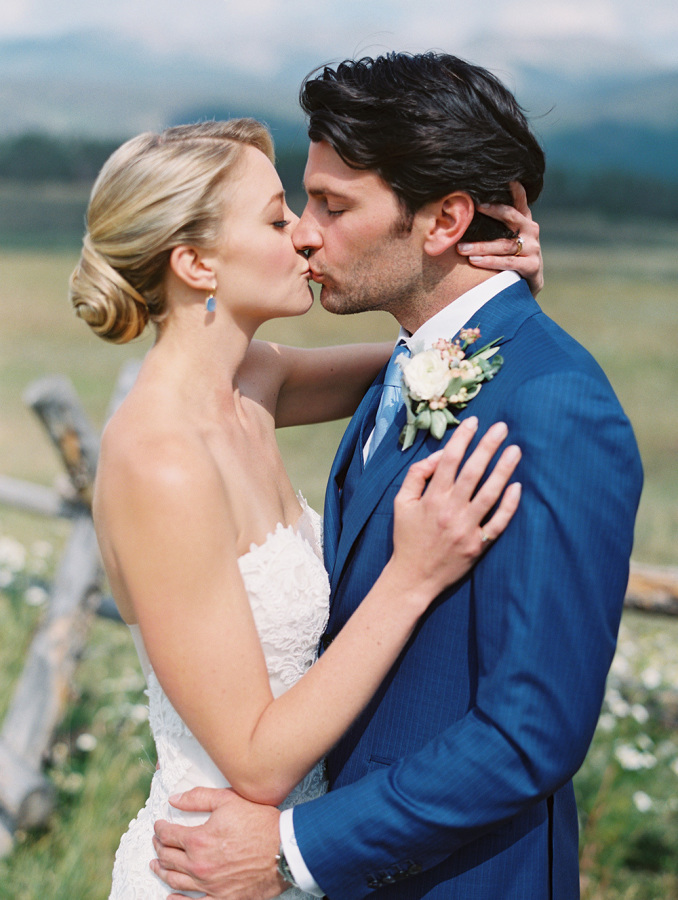 bride and groom kiss country wedding http://itgirlweddings.com/romantic-mountain-wedding/