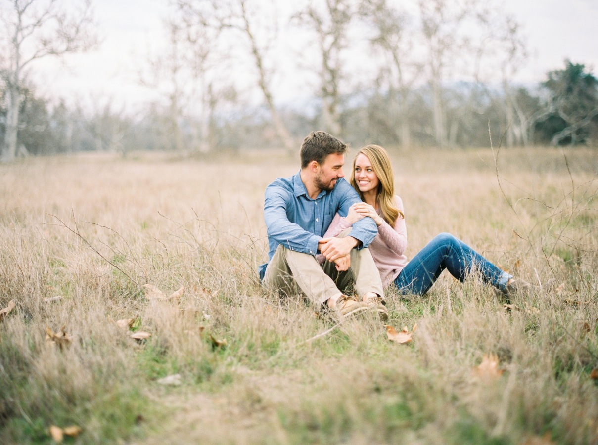 engagement session sitting pose http://itgirlweddings.com/4-tips-choosing-engagement-outfits/