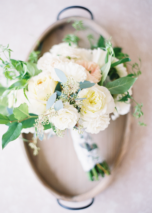 white bridal bouquet http://itgirlweddings.com/best-day-ever/