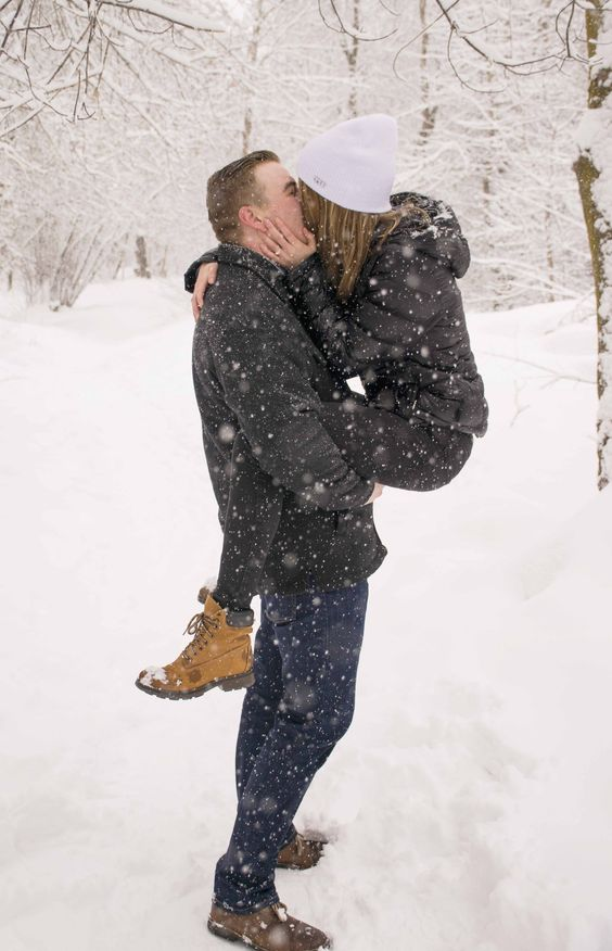 couple kissing in the snow | It Girl Weddings